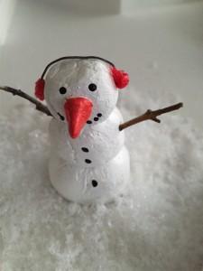 weihnachtsbaumschmuck selbst gestalten, diy weihnachtsdeko, salzteig, christbaumschmuck, selbst gemacht, basteln mit kindern, basteln mit salzteig, weihnachtsbastelideen, schneemann aus Salzteig