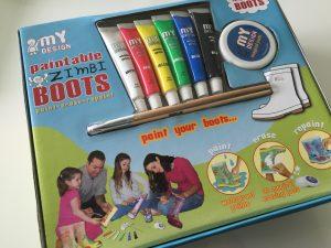 """Im Set enthalten: ein paar Gummistiefel, sechs wasserfeste und auf Gummi haltende Farben, """"Magic Pads"""" zum entfernen der Farbe bei einem Malheur, Pinsel, Mischpalette"""
