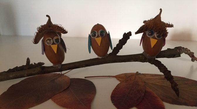 Basteln im Herbst  – Eulenparade aus Eicheln