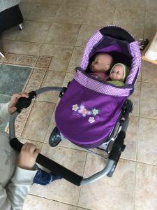 Die Schmusepuppe dürfte natürlich mit der großen Schwester gemeinsam fahren. ;-)