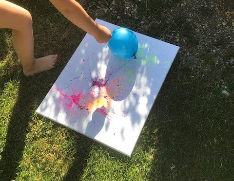 DIY Malen mit Kindern: Knallbunte Luftballon-Farbspritz-Bilder